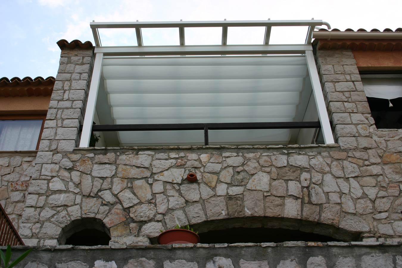 Pergolato con vetri e tenda sotto